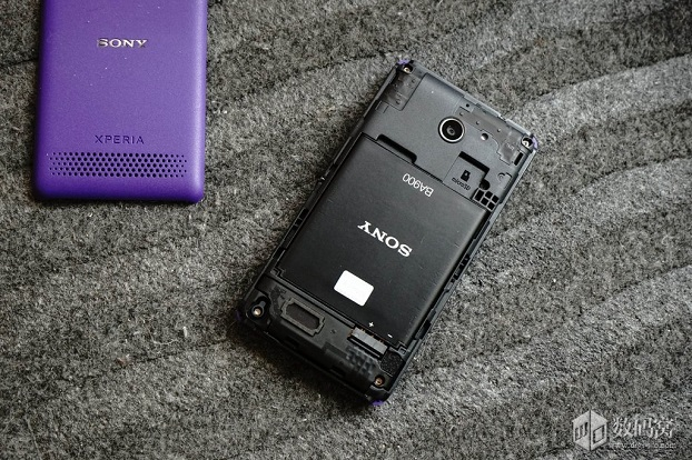 живые фото, снимки фиолетового Sony Xperia E1 и первый взгляд