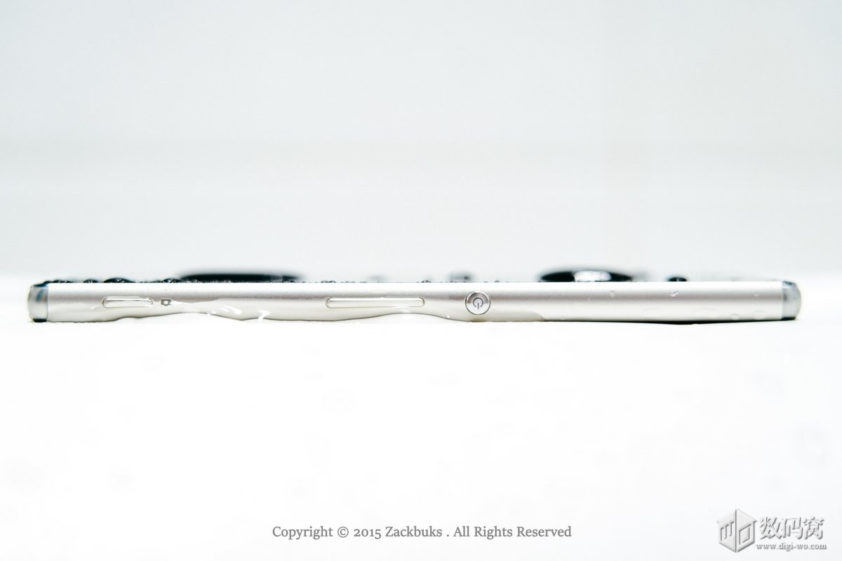 Аква зеленый Xperia Z3+ в брызгах воды