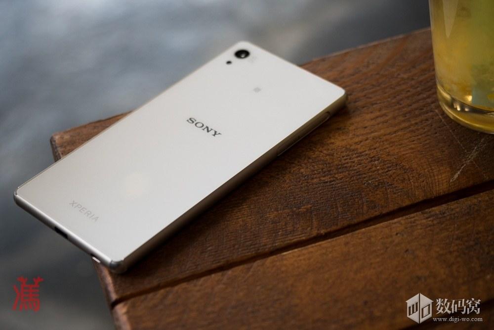 живые фото Xperia Z3+ белого цвета на столе -  задняя сторона