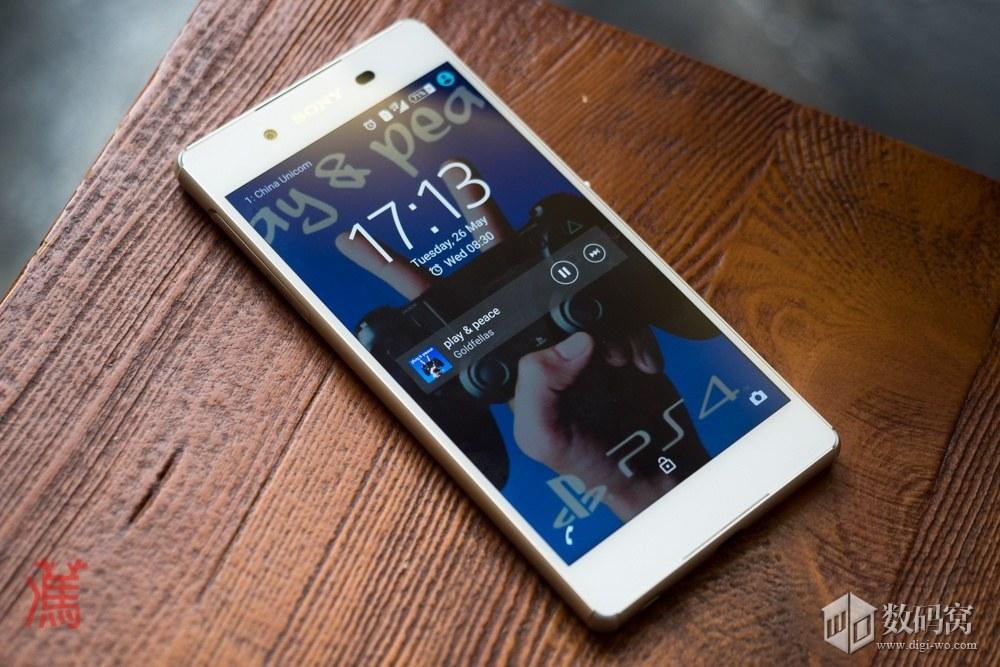 живые фото Xperia Z3+ белого цвета на столе - экран блокировки