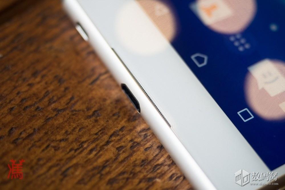 живые фото Xperia Z3+ белого цвета на столе - стерео динамик