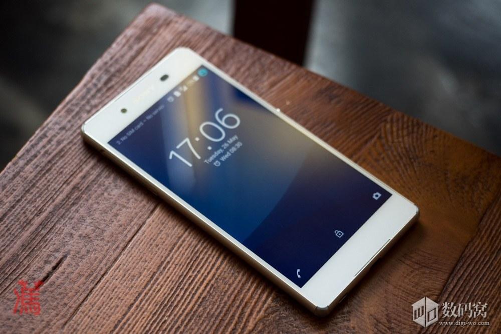 живые фото Xperia Z3+ белого цвета на столе -включенный дисплей