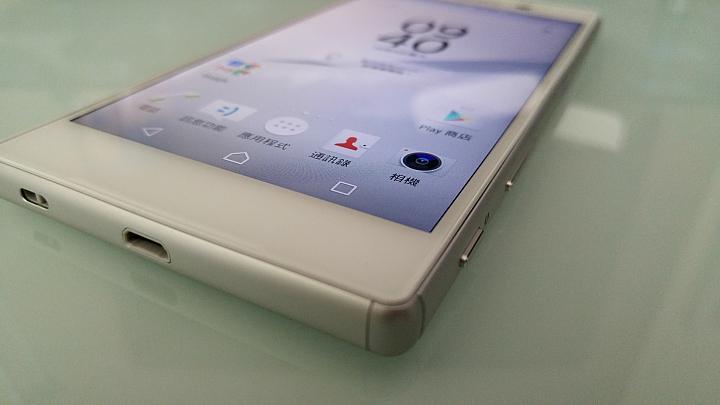 живые снимки Sony Xperia Z5 нижний торец и порт MicroUSB