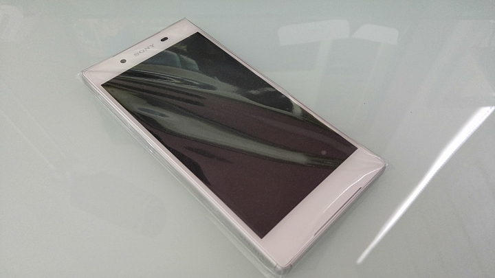 Распаковка Xperia Z5 - телефон в целофане