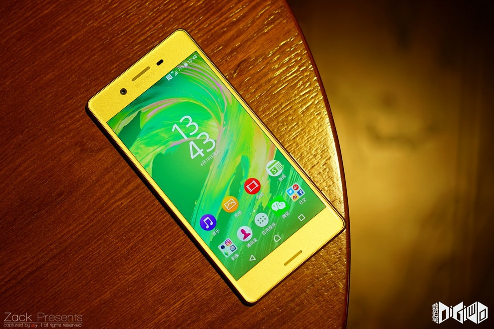 Xperia-X-gold-lime-13