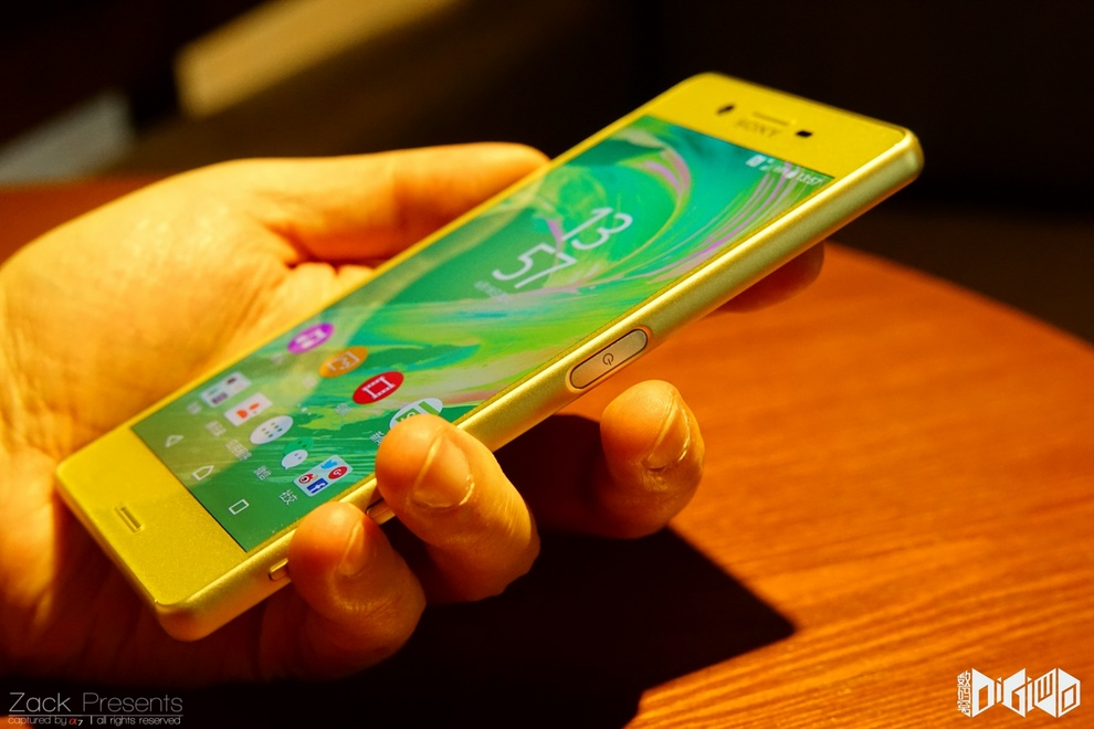 Xperia-X-gold-lime-20