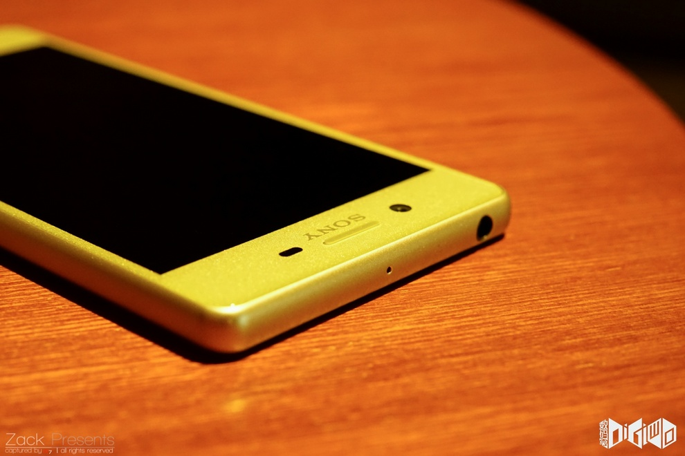 Xperia-X-gold-lime-7