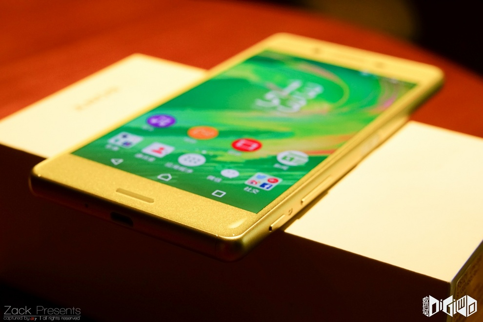 Xperia-X-gold-lime-8