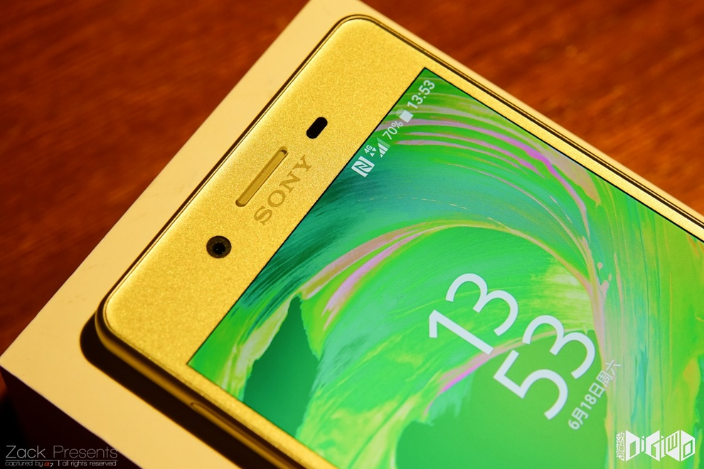 Xperia-X-gold-lime-9