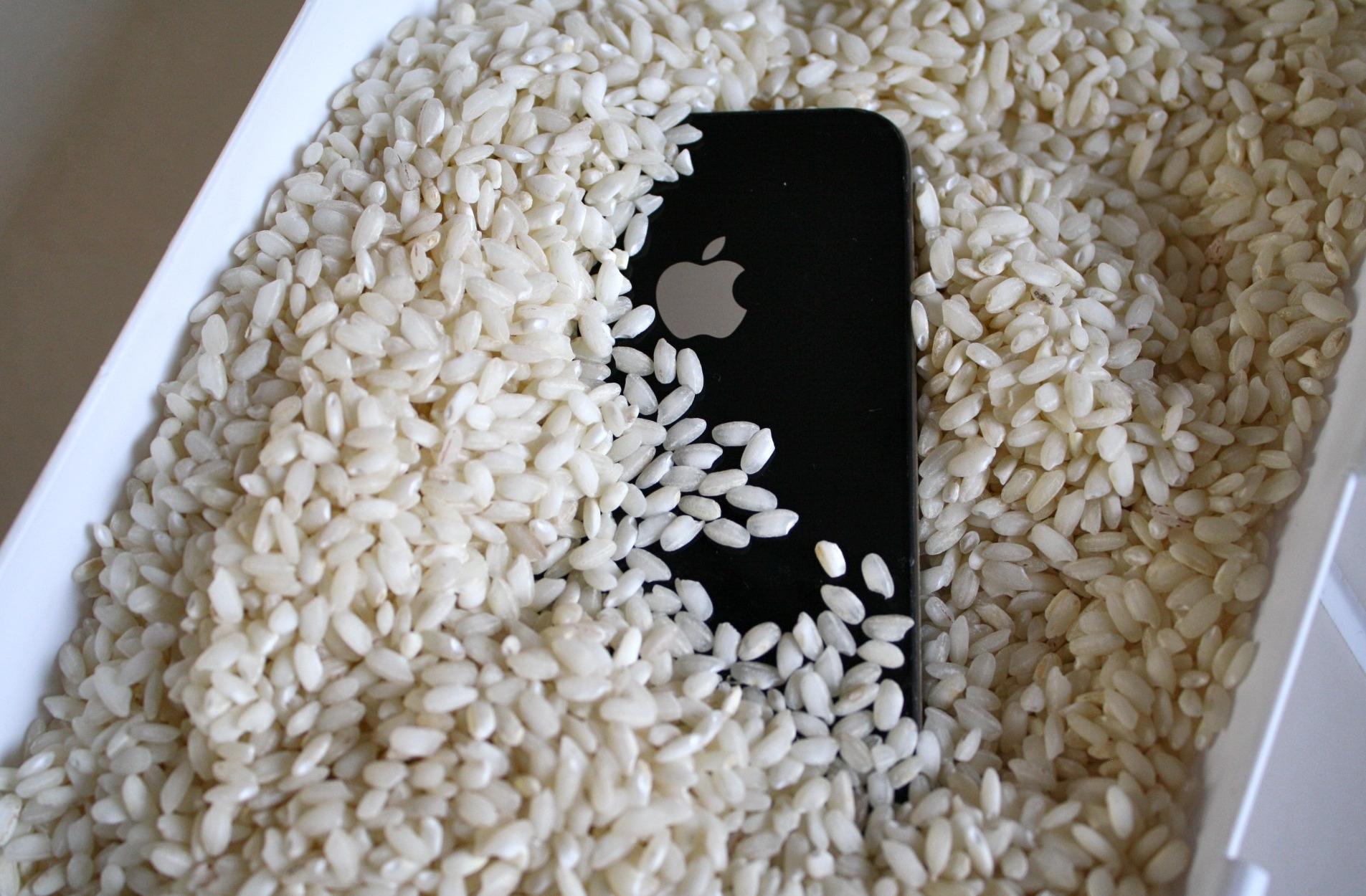 Положить смартфон в рис