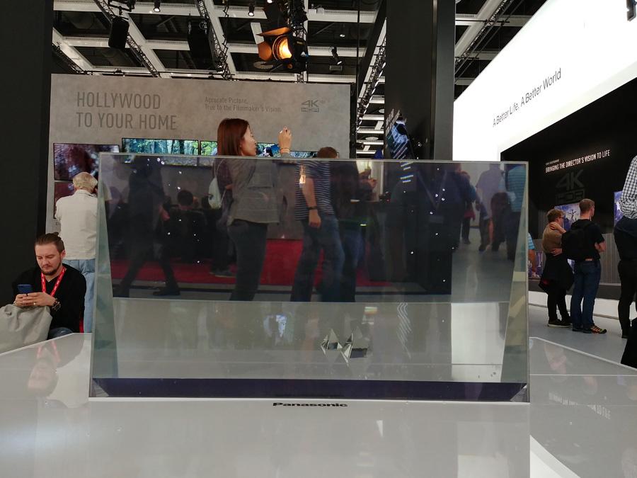 Валера из Droider.ru смотрит на прозрачный телевизор Panasonic