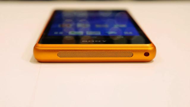 живые фото Xperia A2 оранжевый