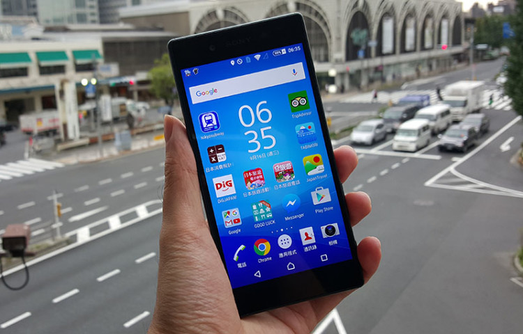 Sony Xperia Z5 в руке