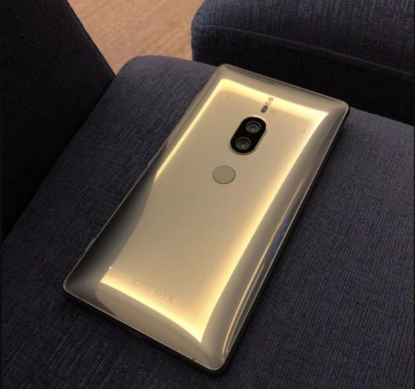 Sony Xperia XZ2 Premium Chrome Gold засветился на фото